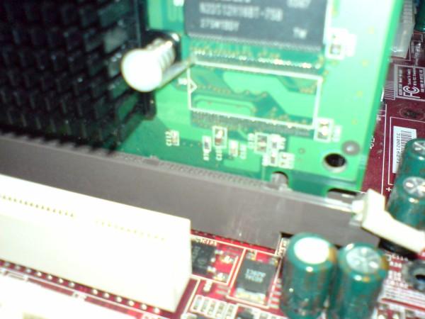 Montujemy kartę AGP - docisk karty